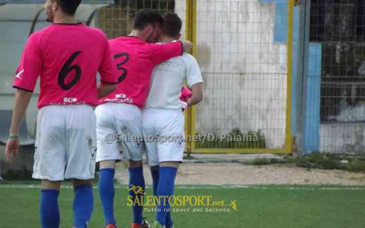 3 Ciurlia,6 Pasca si complimentano con Margarito per il gol - racale lizzano 21 130316 ss palamà