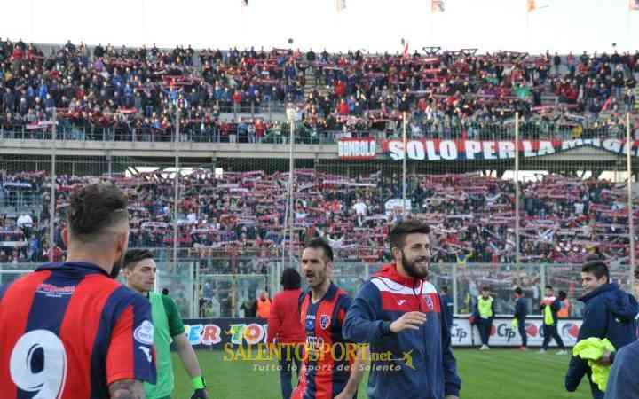 Il Taranto festeggia sotto la Nord (@F. Capriglione per SalentoSport.net)